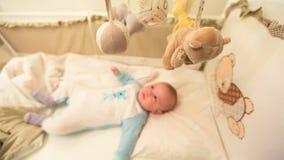 Baby die in zijn wieg liggen royalty-vrije stock foto