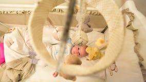 Baby die in zijn wieg liggen stock foto