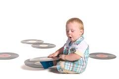 Baby DJ, das mit vynil Platten spielt lizenzfreies stockbild