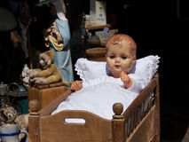 Baby_doll_in_cradle image libre de droits