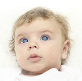 Baby-dreimonatiges Baby, das oben schaut. Stockfotos
