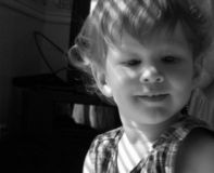 Baby durch das Fenster lizenzfreie stockfotografie