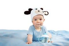 Baby in een consumptiemelk van de koehoed Stock Fotografie