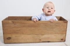 Baby in een doos royalty-vrije stock fotografie