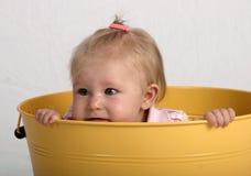 Baby in een emmer Stock Foto's
