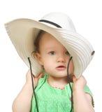 Baby in een grote witte hoed Stock Afbeeldingen