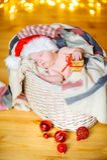 Baby in een hoed van de Kerstman Stock Foto