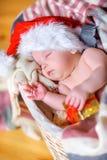 Baby in een hoed van de Kerstman royalty-vrije stock afbeeldingen