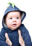 Baby in een hoodie Mooi weinig jongen met blauwe ogen in moeder` s wapens Royalty-vrije Stock Foto's