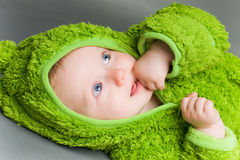 Baby in een kikkeruitrusting Stock Fotografie