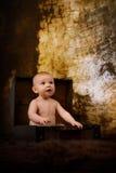 Baby in een Koffer Stock Foto's