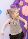 Baby in een mooie kleding die merrily lachen royalty-vrije stock foto
