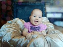 Baby in een opgevulde kruk royalty-vrije stock foto