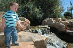 Baby in een Park van de Aard Royalty-vrije Stock Afbeeldingen