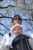 Baby in een slinger stock foto