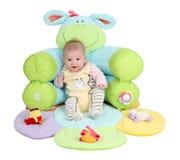 Baby in een zetel stock foto's