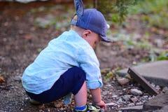 Baby ein Jähriges geht mit Friedensstifter lizenzfreies stockfoto