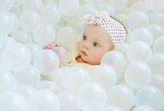 Baby in einem Ballpool stockbild