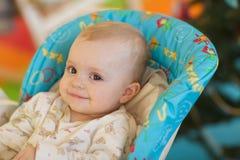 Baby in einem Fütterungssitz Stockfotografie