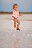 Baby in einem glücklichen Sprung Lizenzfreie Stockfotografie