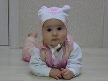 Baby in einem Hut mit einem Bären lizenzfreies stockfoto