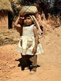Baby in einem Madagaskar-Dorf Stockfotografie