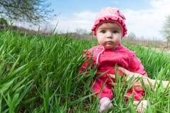 Baby in einem rosa Kleid stockbild