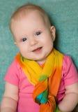 Baby in einem rosa T-Shirt auf Grün Lizenzfreies Stockbild