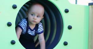 Baby in einem Spielplatz-Tunnel stock video