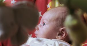 Baby in einer Schwingwiege stock video