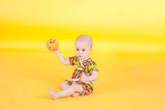 Baby en bal Stock Afbeeldingen