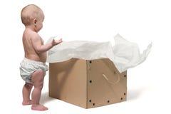 Baby en de doos Stock Foto