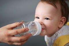 Baby en de fles Royalty-vrije Stock Foto's