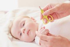 Baby en handen van moeder, zachte nadrukachtergrond stock foto's