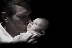 Baby en hun houdende van vader Royalty-vrije Stock Afbeeldingen