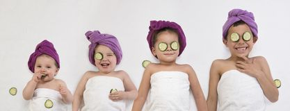 Baby en kleine jonge geitjes met de maskers van het komkommeroog stock fotografie