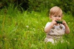 Baby en komkommers Stock Afbeelding