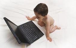 Baby en laptop royalty-vrije stock fotografie