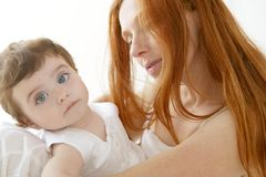 Baby en mamma in het wit van de liefdeomhelzing Stock Afbeelding
