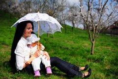 Baby en mamma in park Royalty-vrije Stock Afbeeldingen
