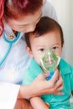 Baby en medisch instrument Stock Foto