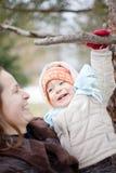 Baby en moeder in de winter stock foto