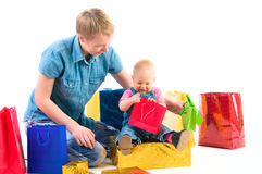 Baby en moeder met giften Stock Foto's