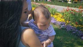 Baby en moeder op aard in het park stock video