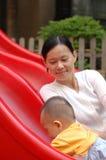 Baby en moeder op de dia Royalty-vrije Stock Afbeeldingen