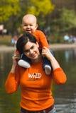 Baby en moeder openlucht 1. Royalty-vrije Stock Afbeelding