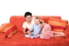 Baby en moeder thuis Stock Foto's