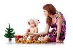 Baby en mum met de decoratie van Kerstmis Stock Foto