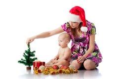 Baby en mum met de decoratie van Kerstmis Royalty-vrije Stock Afbeelding