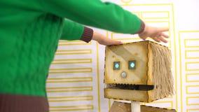 Baby en robot Kind en robot: een nieuwsgierige jongen bij een tentoonstelling van robots Modern speelgoed Kinderen en de toekomst stock footage